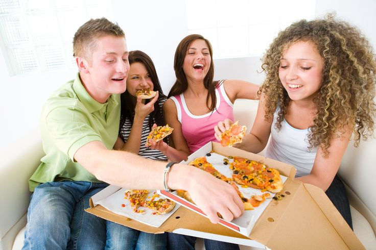 teens-eating-pizza