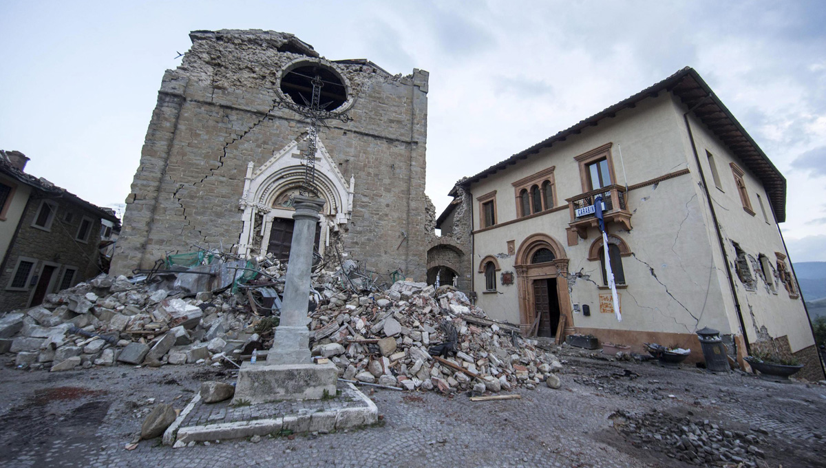 epa05517368 Destroyed Basilica of San Francesco (Saint Francis) in the mountain village of Amatrice, Italy, 31 August 2016. A devastating 6.0 magnitude earthquake early morning 24 August left a total of 293 dead, according to official sources.  EPA/MASSIMO PERCOSSI